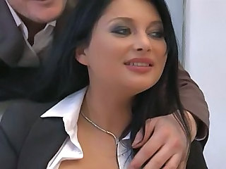 Incredibil Secretara Draguta Milf In Trei Milf In trei
