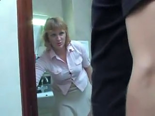 Mature mom takes a piss on the
