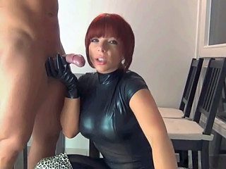 Latex Fellation Femme Habillée et Homme Nu Fellation amateur Fellation Amateur Fellation Mature