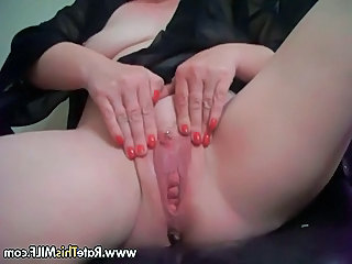 Amateur MILF squirting