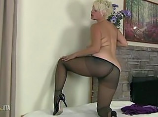 Milf Kelly plays with her nylon pantyhose