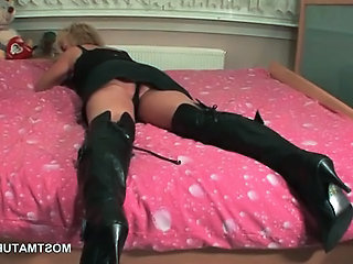 Mature blonde into leather fetish vibing horny cunt in kitchen