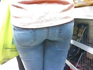 SEXY ASS TEEN IN TIGHT JEANS