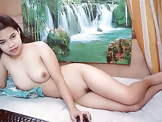 PRETTY THAI GIRL NAKED ON CAM