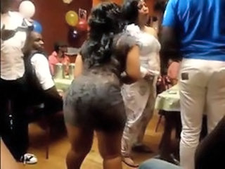 African girl shake booty to Mapouka