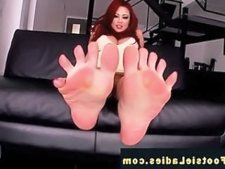Footfetish redhead gets her sexy toes sucked