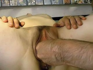 Couple Mature Dans Un Sex Shop (fist !!!)