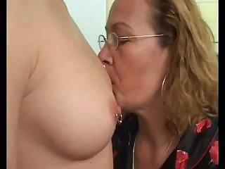 older homosexual woman teaching a inexperienced homosexual woman how to use a vibrator