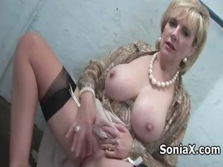 voloptuous cougar playing her clitoris