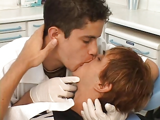 2 twinks play doctors