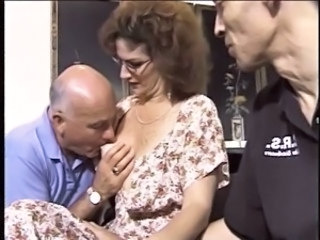 Mature hottie likes cum